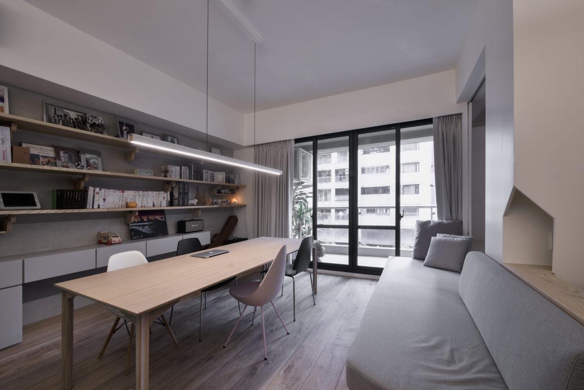 是客廳也是大書房,長桌搭配長吊燈,簡潔大氣