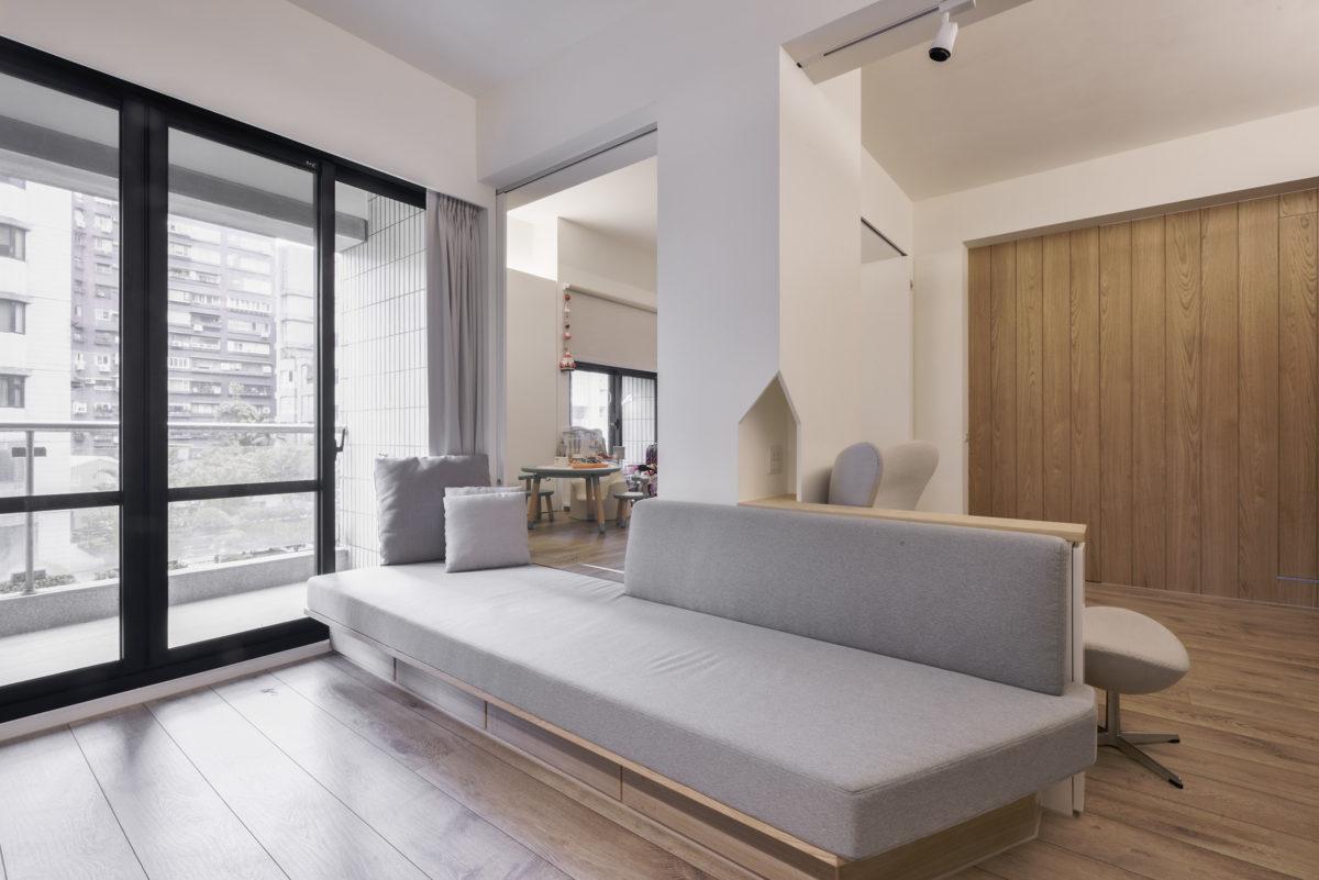 客廳旁的座椅平台與後方的休憩平台空間