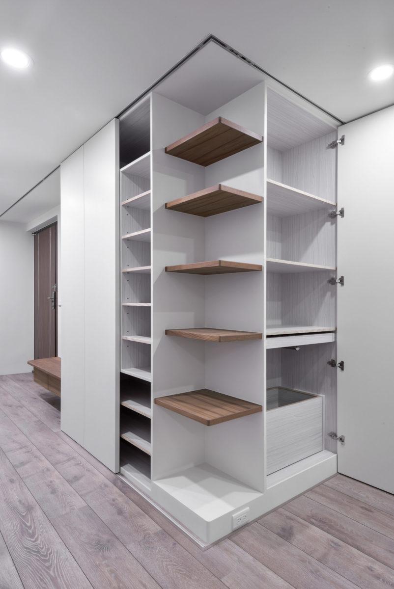 入口衣帽櫃、鞋櫃,後陽台旁的衣物整理櫃