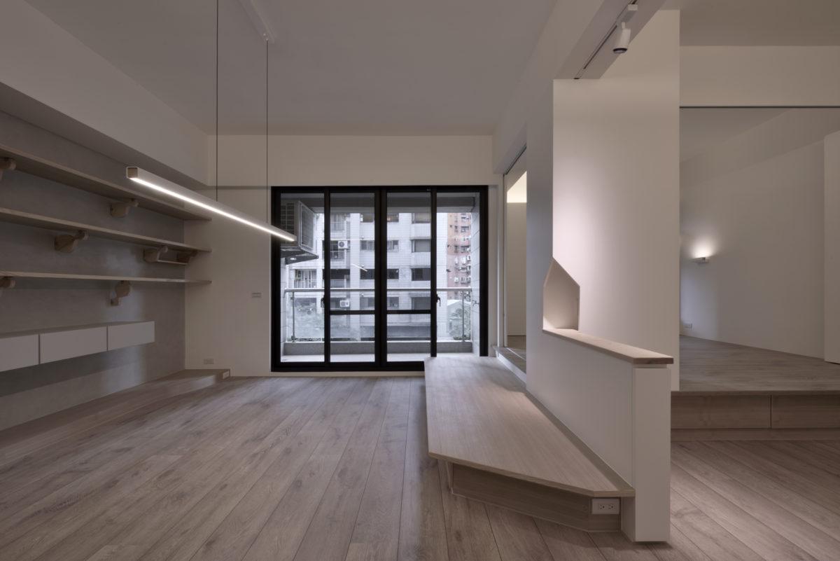 一進門就看到舒暢的落地窗,整理過全室機能高度後的水平層板與木地板方向自然將視野送到窗外,配合彈性可開放的休憩空間,室內感覺寬敞舒適