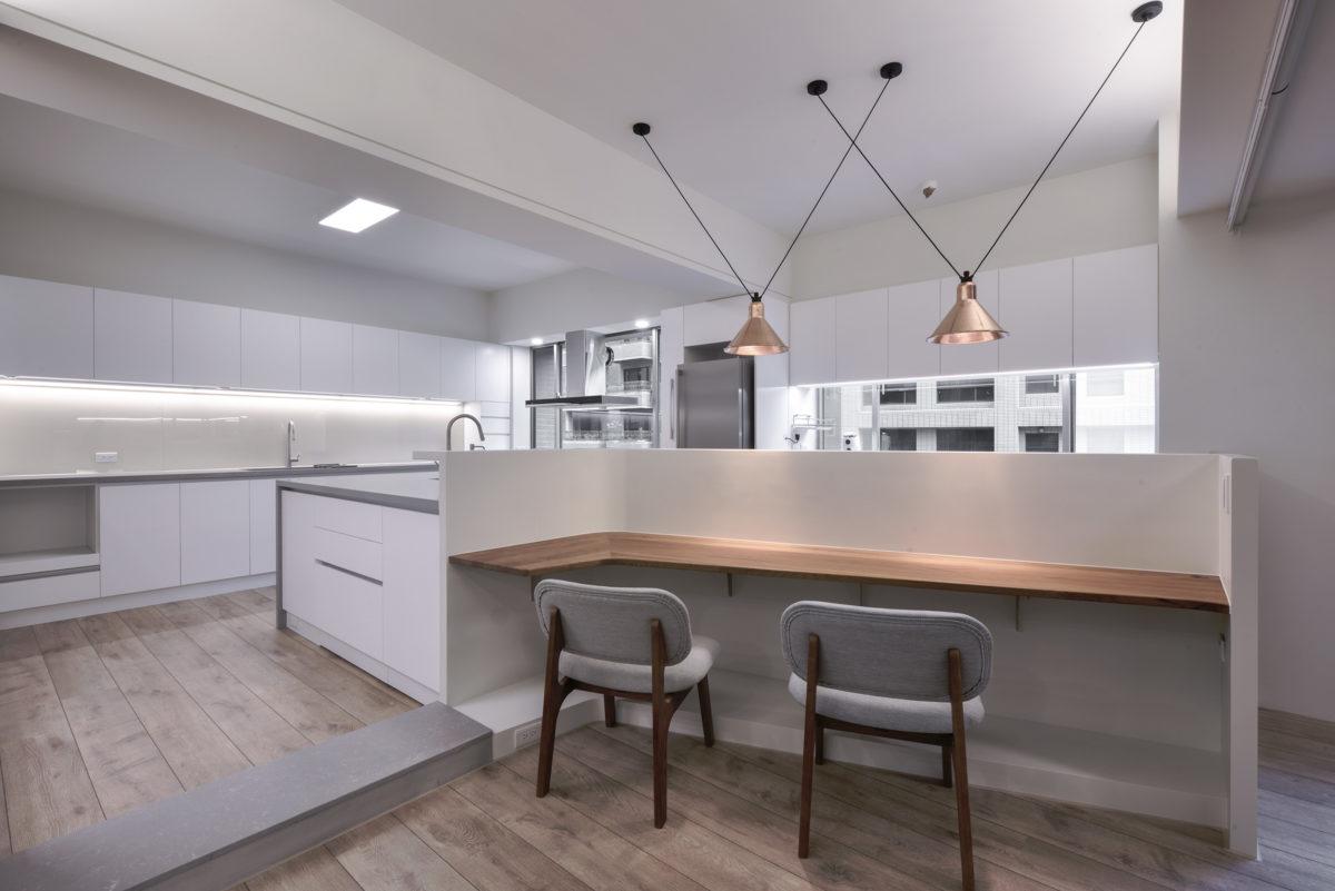 廚房與吧台,柚木實木桌面,有情門,紅銅吊燈