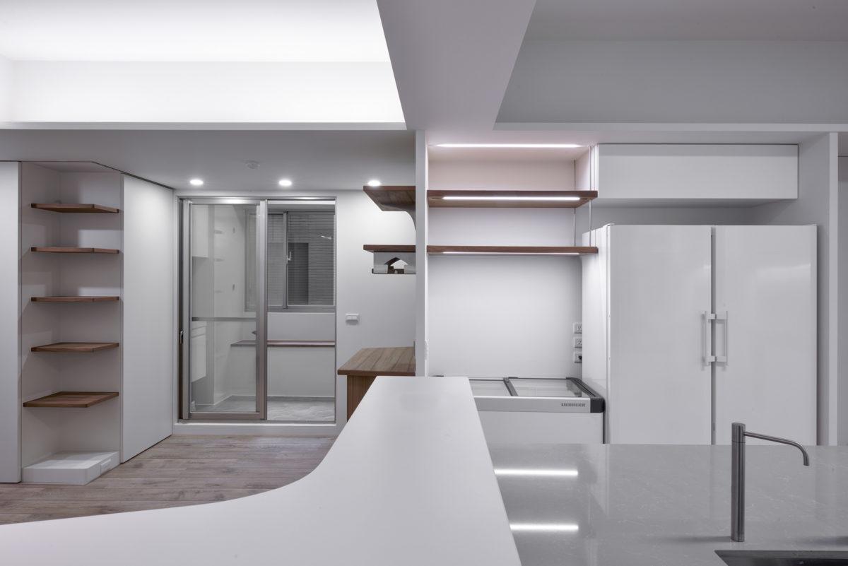 咖啡區看後陽台與電器區,平台引導視線延伸