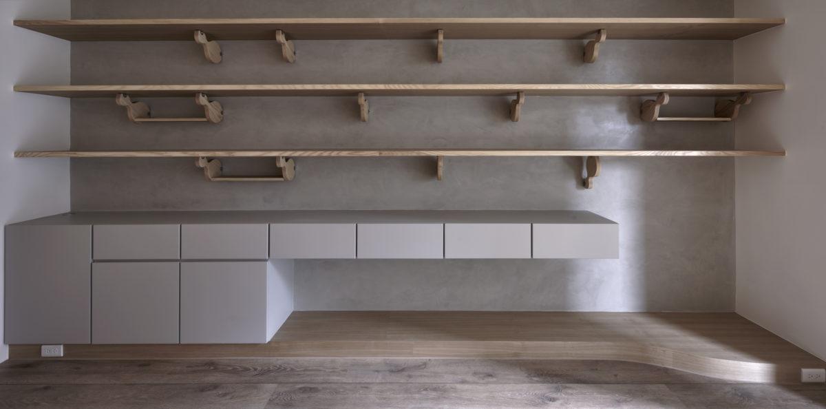 主書牆 栓木層板、特調的淺灰烤漆收納櫃與樂土鏝抹牆面,溫潤簡單又耐看,日後放上五彩的書本與生活物件也不會太過紛雜。