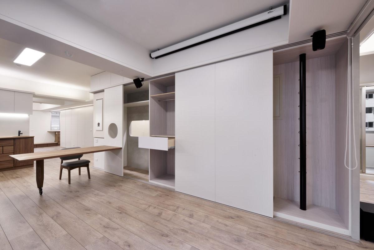 客廳彈性可變身運動區,TRX、階梯箱、鋼凌駕、拉力繩、運動器材收納大櫃