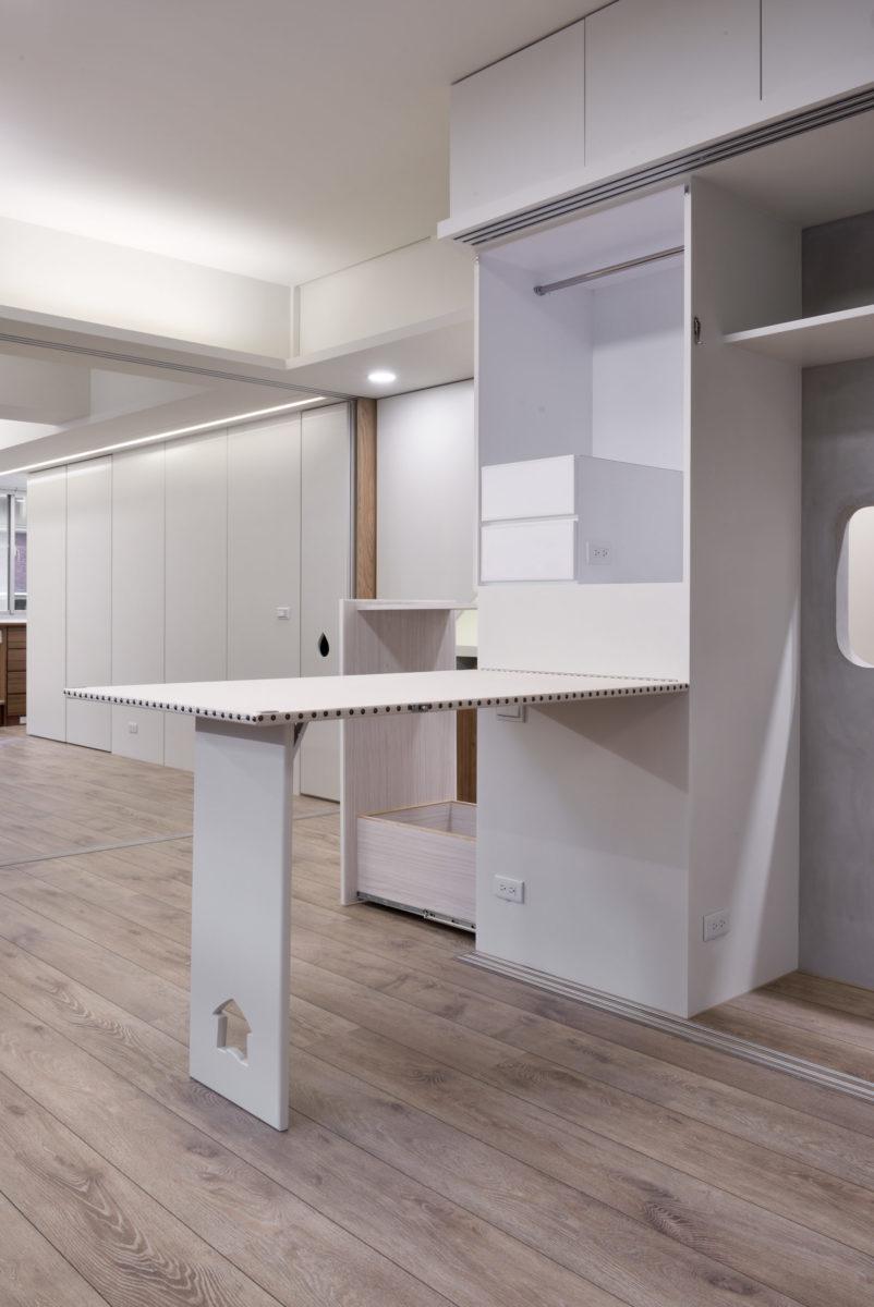 彈性可用的大燙板桌,後方還有延伸的工作平台,客廳大收納櫃,工業熨斗,縫紉工具收納