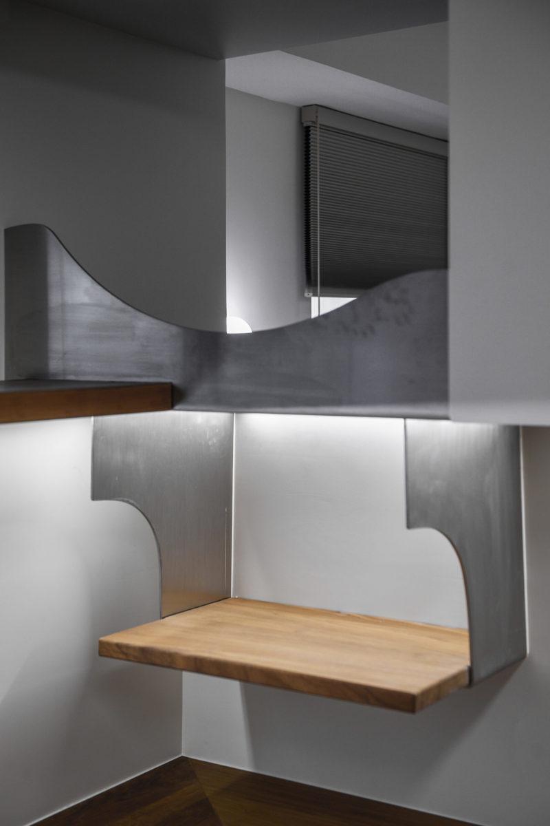 小孩眺望臺,眺望臺的結構斜撐是工作臺筆筒架,不鏽鋼鋼板
