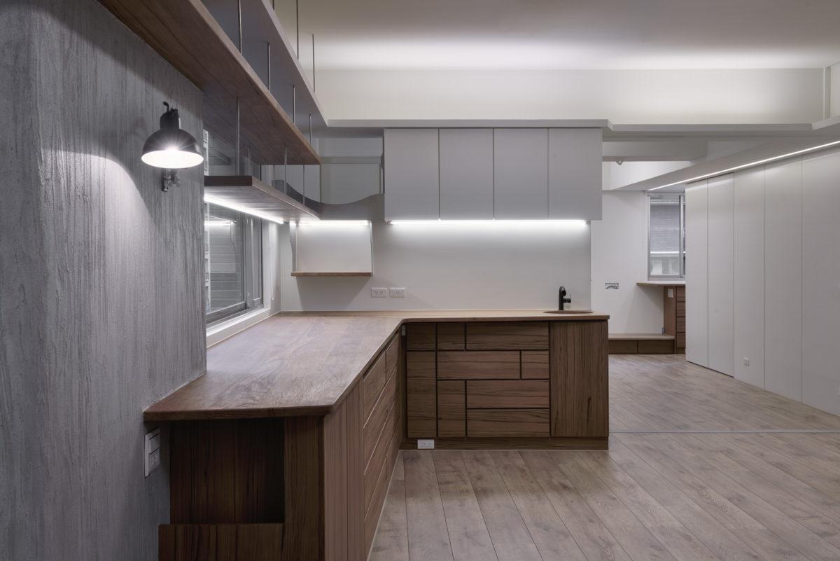 女主人工作區,柚木實木工作台面,眺望臺與吊櫃,手作工具材料收納櫃