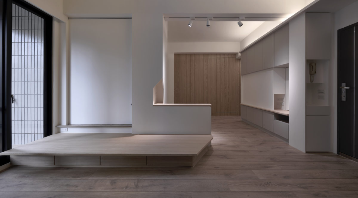 入口右側是入口小櫃 客廳旁的座椅平台與後方的休憩平台空間