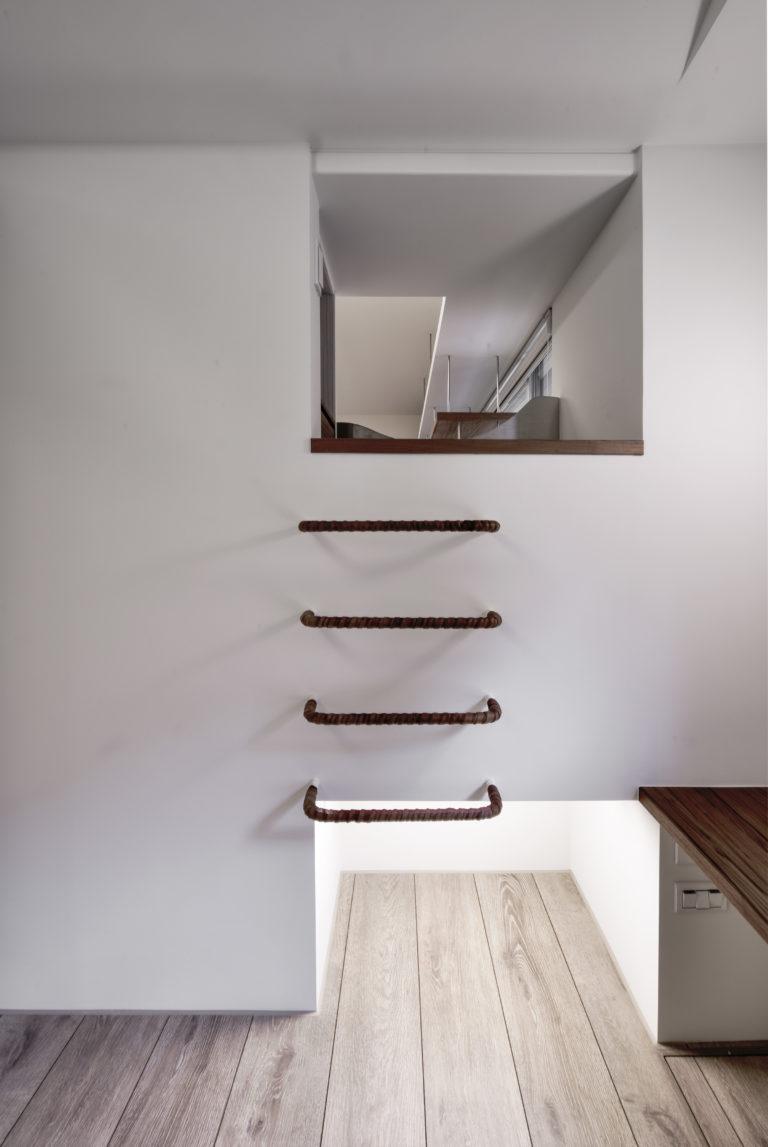 小孩眺望臺,下方臥鋪旁收納棉被,鋼筋爬梯
