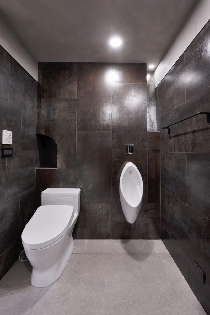 主臥廁所,主牆面,衛浴設備像藝術品鑲嵌在磁磚上,金屬磚,放小燈,放本書,精油擴香瓶