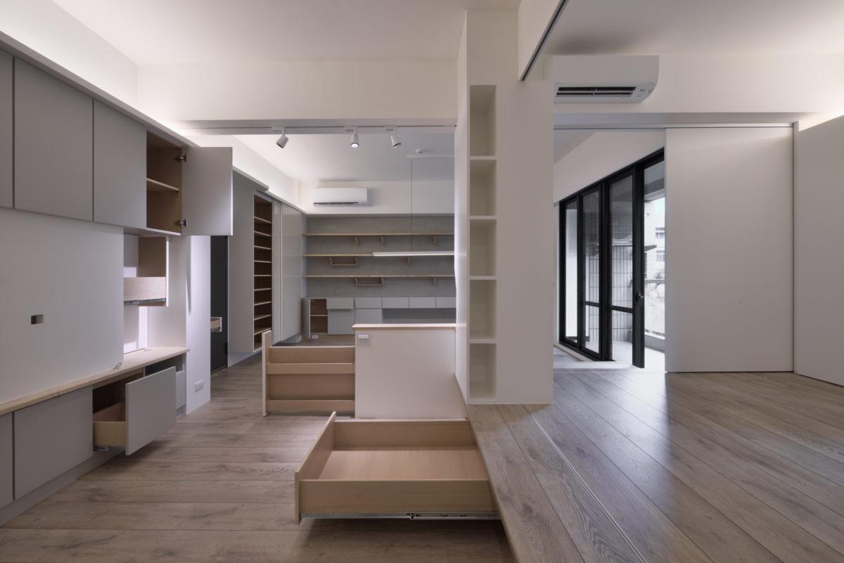 再一次~收納速速現! 休憩平台下方的深抽屜、偽裝成小矮牆的雜誌收納櫃、後方入口旁的大鞋櫃,滿足家中所有人的收納需求