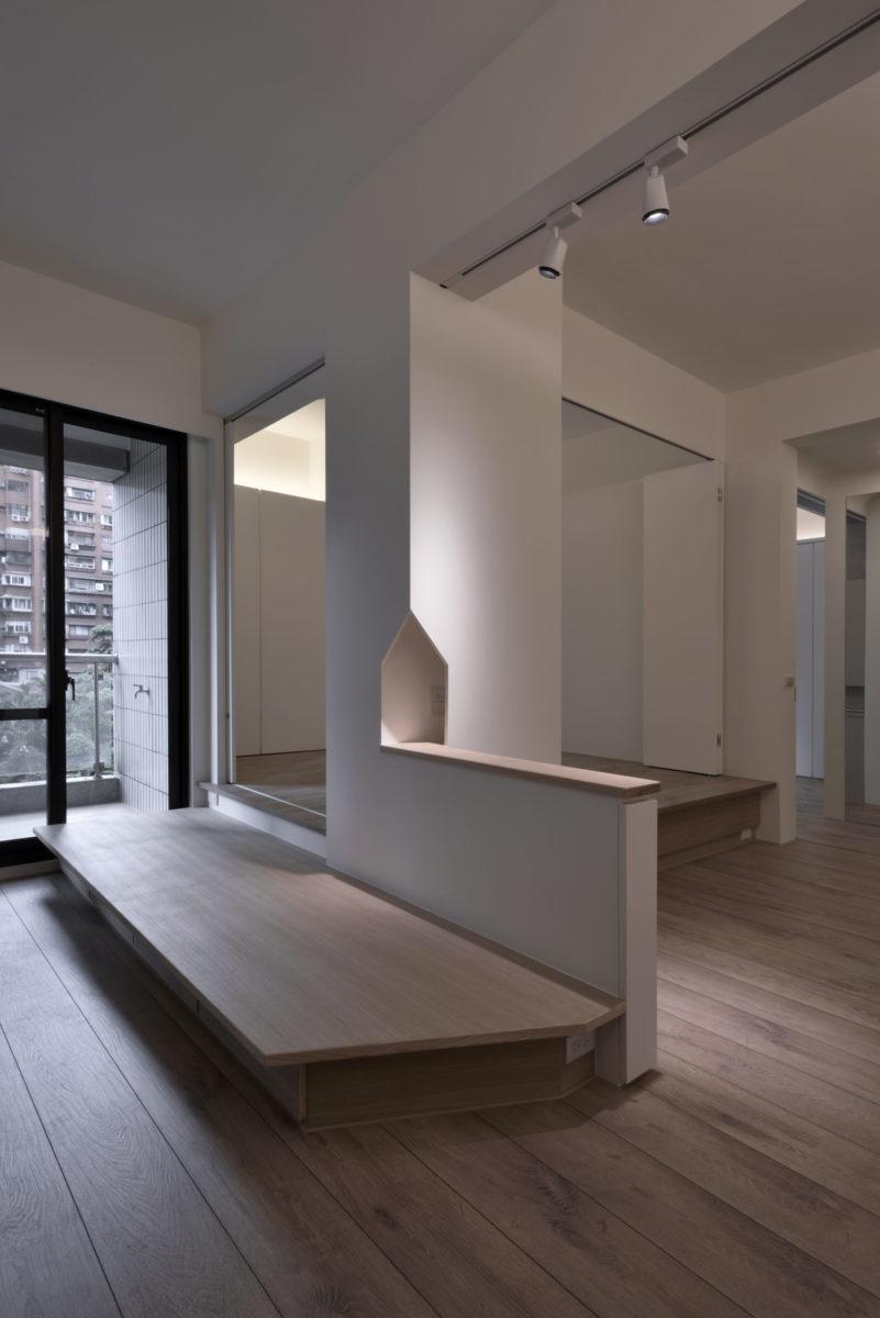 為了點綴這個特別的角落,我設計了一了小房子洞,讓實木小平台延伸進去,日後隨手一小瓶花或擺飾,都會成爲空間中很特別的一景,也呼應「家」的意象