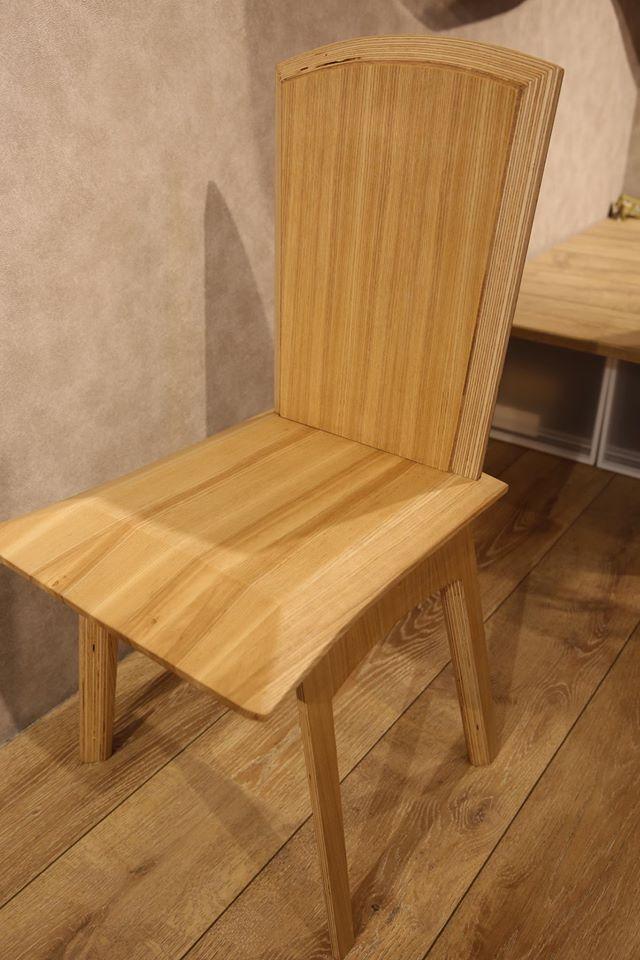 椅面前方打斜,大腿坐感無壓力,腰桿自然挺拔貼貼合椅背