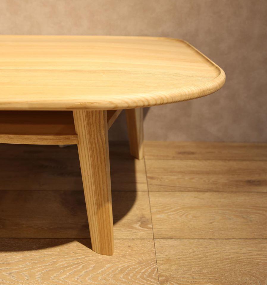 勾起的圓弧邊角讓桌案上的物品不易掉落,也為茶几增添了細緻圓潤的美感