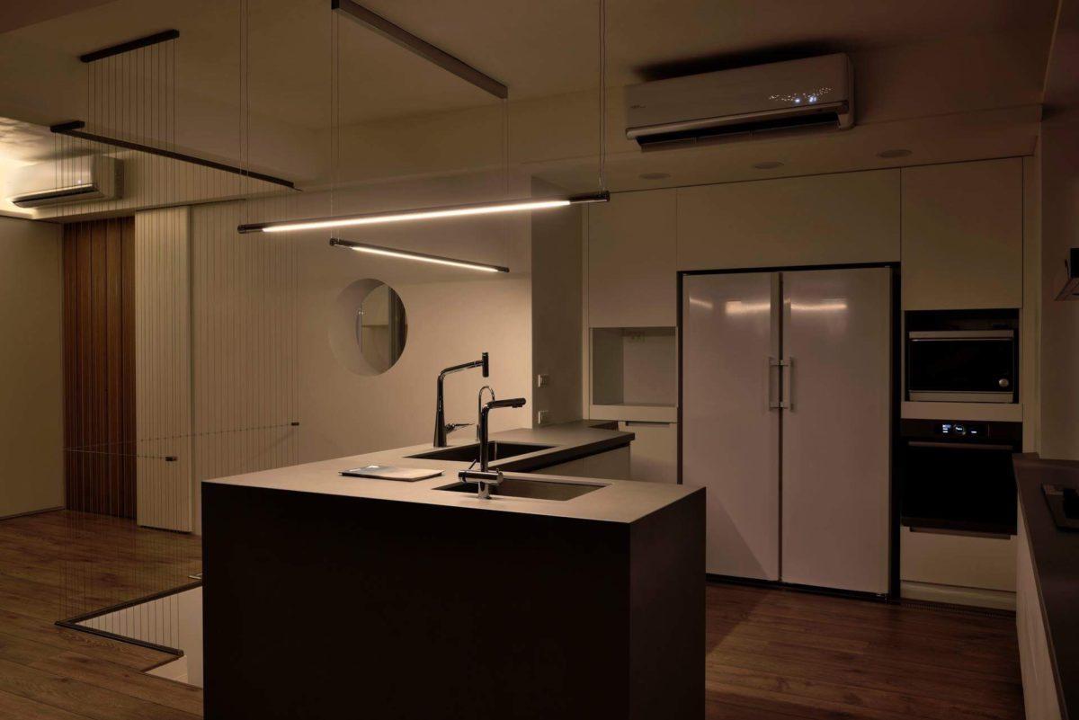 夜晚的廚房吊燈更顯俐落 現在我們準備下樓囉
