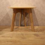 與元椅同款的板腳設計,42cm見方的尺寸很適合作為親切的小邊桌