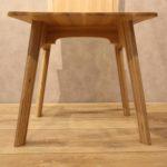 椅背與椅腳專為突顯夾板層疊優美所設計的細部