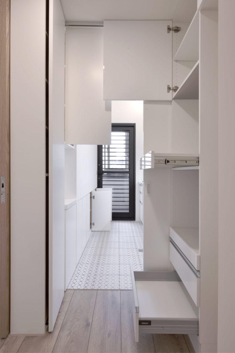 利用廚房跟客房的隔間做了整面的雙向收納櫃,朝廚房這邊的面材使用防火耐潮濕的水泥板,充足的收納讓小廚房也很好用~