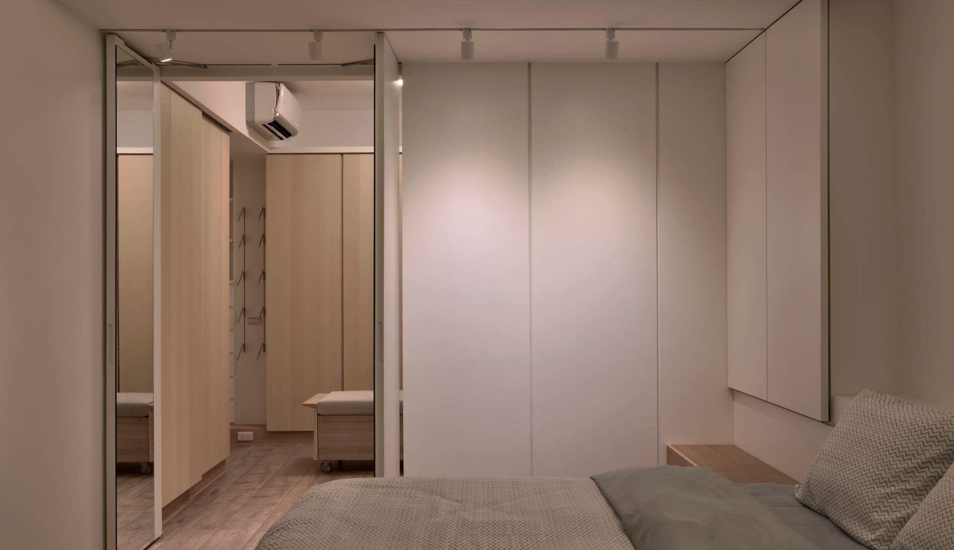 整面牆板原來是更衣間入口