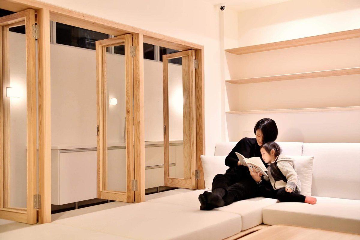 室內室外的延伸感很舒適,兩兩對開的隔扇窗連通了室內外空間,讓客廳保有半戶外的開闊感