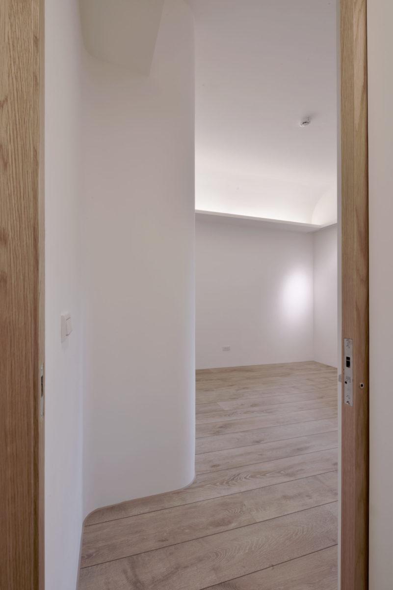 廚房旁邊的客房 客房入口利用圓弧化解轉角空間常有的侷促與壓迫,讓人不知不覺就順著大小圓弧引導入空間