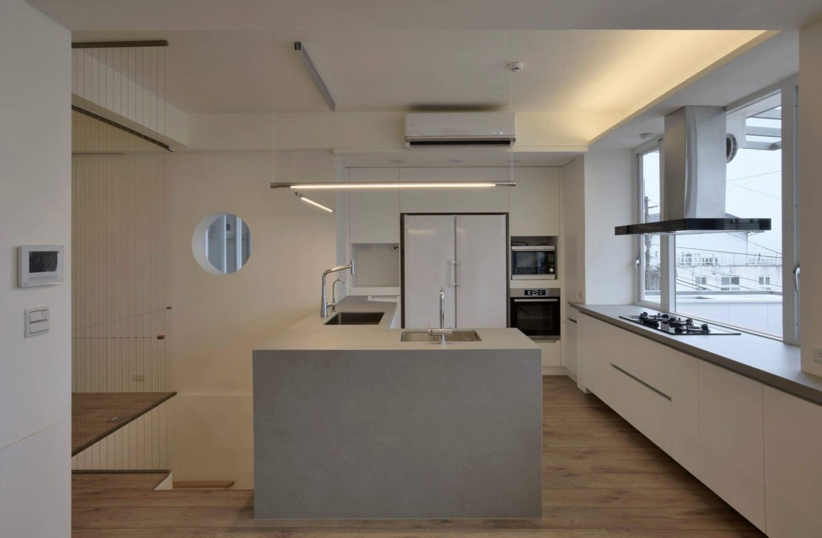 廚房,大小槽的設計方便業主夫妻共同使用,整面窗景的爐台區解放了一般廚房封閉的悶熱感, 後方的整面電器牆收納功能齊全,是非常舒適的廚房空間