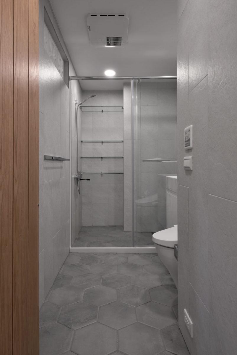 客廁 為了藏大樑與配合牆面瓷磚,做了微微向內傾斜的天花 業主選的六角地磚與牆面瓷磚之間,我設計了1公分的崁縫細部,讓牆與地的關係輕快起來 天花用珪藻土處理了細緻的板岩紋路,美觀又吸濕除臭減少落塵不掉粉,非常值得