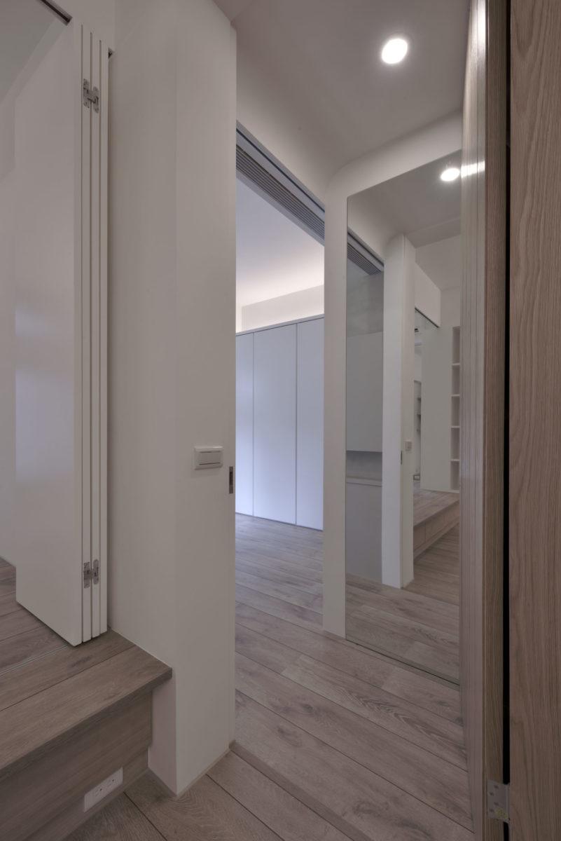 主臥入口貼了業主希望的大鏡子,門後其實還藏了一個可掛穿過衣物的通氣衣櫃