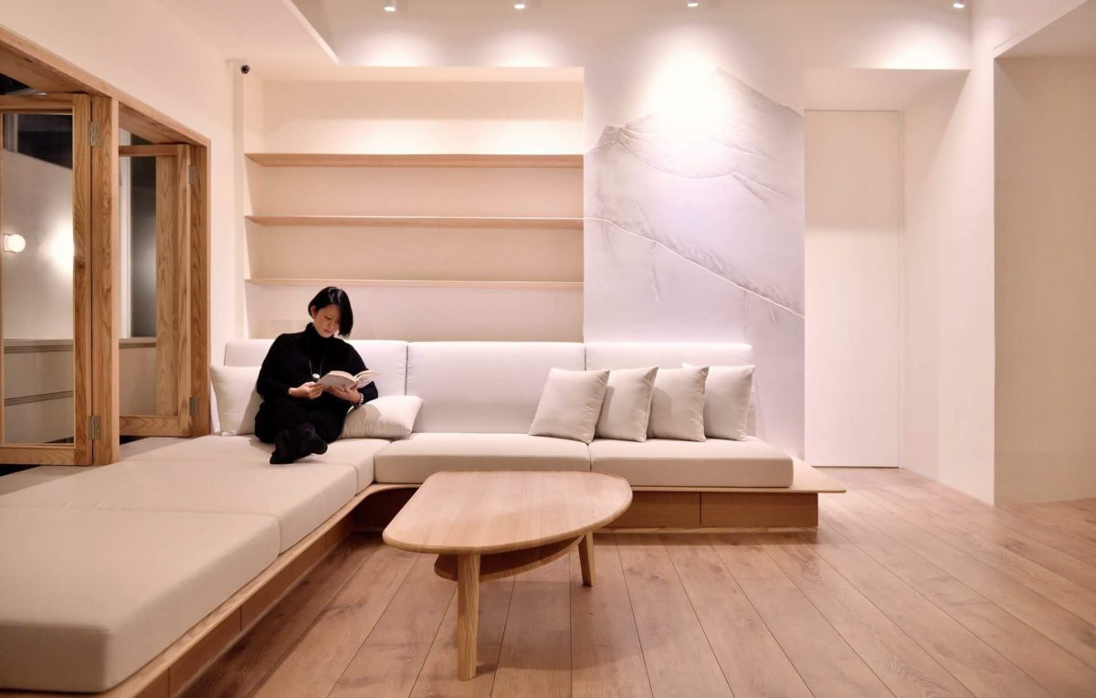 客廳我設計了舒適的座椅平台,三道層板延伸出主景:玉山山脈 我的元作茶几當初就是以此空間作設計發想