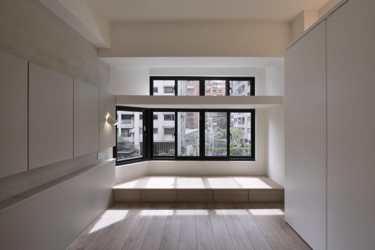 主臥美好的窗邊平台 原始建物就有的水泥平頂,我們拿掉了前一手裝修多餘的砌磚造型,還給這個水泥平頂該有的俐落清爽,讓光盡情地灑落室內,不管是日後放一些室內植物或甚至擺個爬梯當作秘密基地,都是很有趣的空間特色主臥美好的窗邊平台 原始建物就有的水泥平頂,我們拿掉了前一手裝修多餘的砌磚造型,還給這個水泥平頂該有的俐落清爽,讓光盡情地灑落室內,不管是日後放一些室內植物或甚至擺個爬梯當作秘密基地,都是很有趣的空間特色