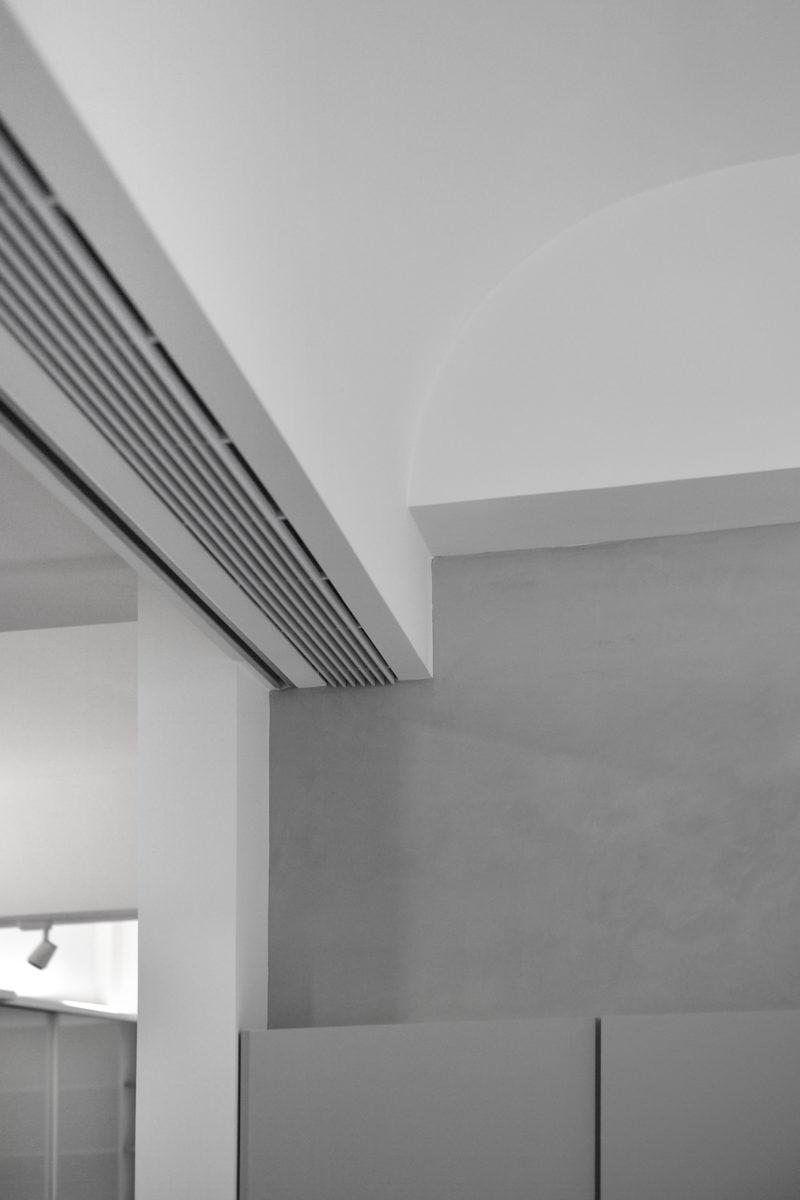 為了確保不直吹,因此冷氣採下出風設計 我喜歡讓維修孔、線型出風口、門或燈的軌道都成為設計的一部份,在空間中都成為美麗的收邊