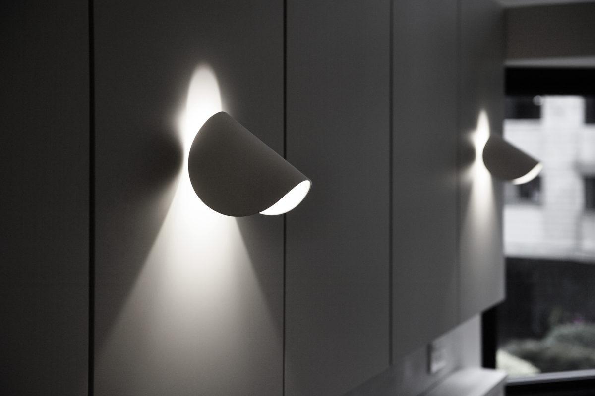 特別選的床頭壁燈,可轉任意需要的角度,好看又實用