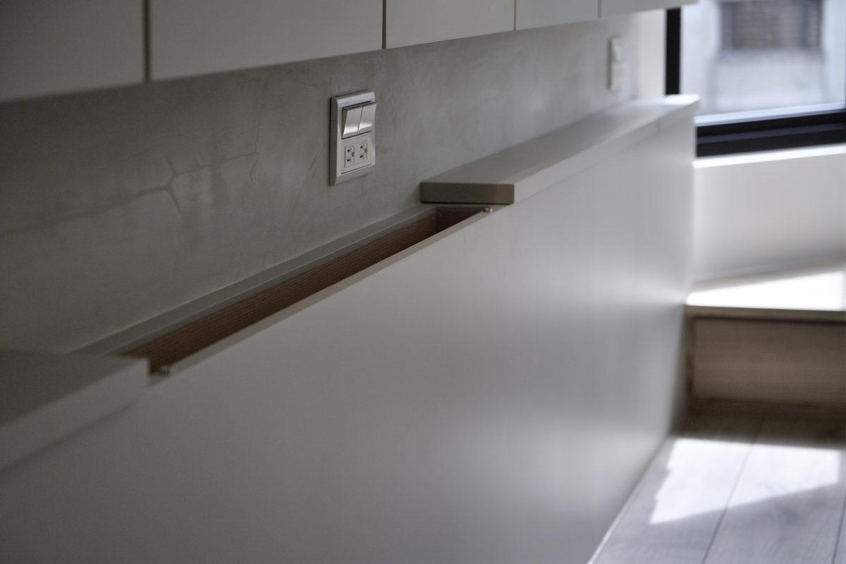 床頭櫃下櫃可放置抽真空的收納袋,其實很好用!