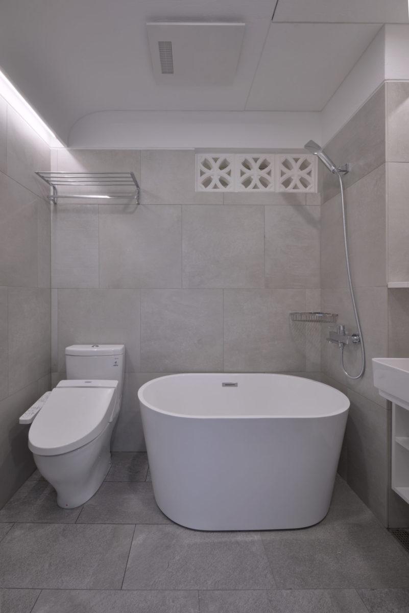 小小廁所機能俱全喔 右邊沒拍到的部分是浴櫃跟鏡箱,收納充足又美觀 天花的珪藻土板岩紋路搭配圓弧造型,順勢灑下的洗牆燈讓小空間感覺很流暢