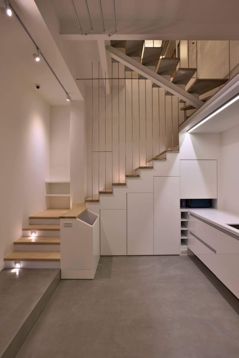 樓梯下全收納,有針對不同長度營杖專用的收納格,還有非常寬敞的設備收納區