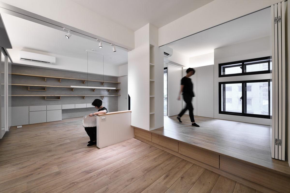 充足的功能性收納分散在家中各處,原本隔死的房間打開,風跟光都能自由流轉在空間中,希望能伴著業主一家生機盎然開心成長!