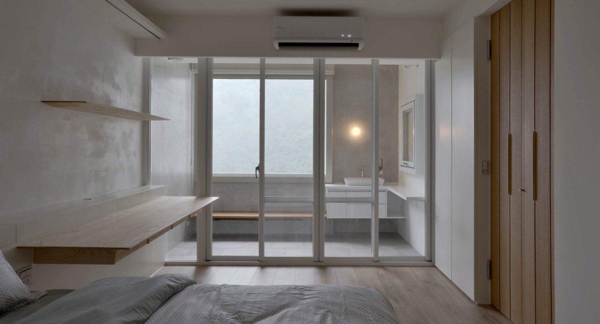 主臥 前方有專屬陽台,鄰窗邊是夫妻兩的閱讀區