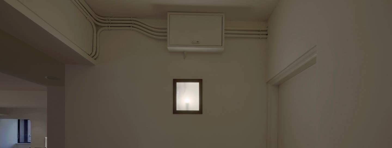 準備進客廁 為了長時間居住安心,我幫房東更換了電箱,全部迴路重配,以最少打牆與最簡潔明管的原則進行配管。 原本的電箱就改造成壁燈,一幅光影畫