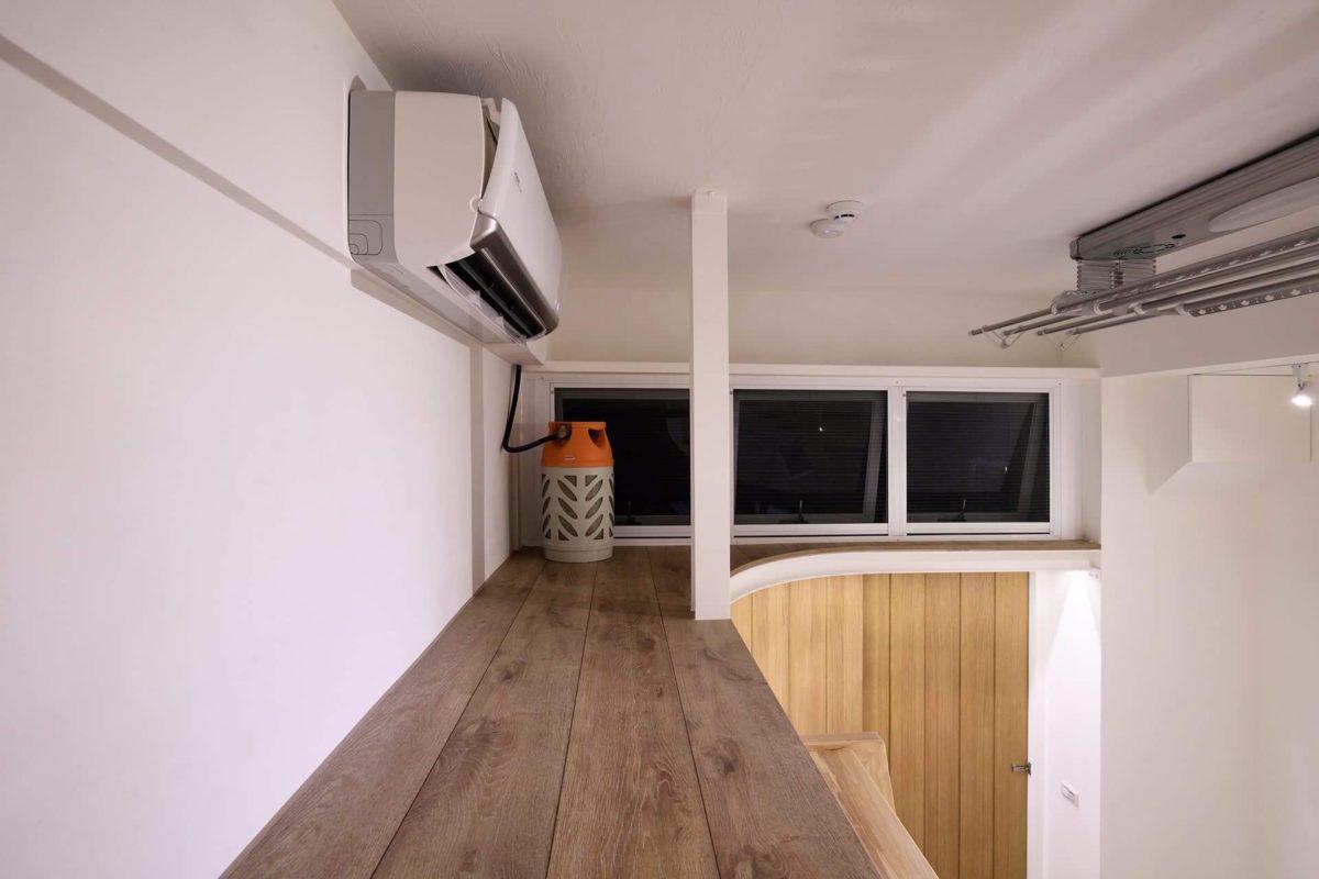 階梯延伸出的置物夾層,可以放置儲藏物品,也有對外窗可通風
