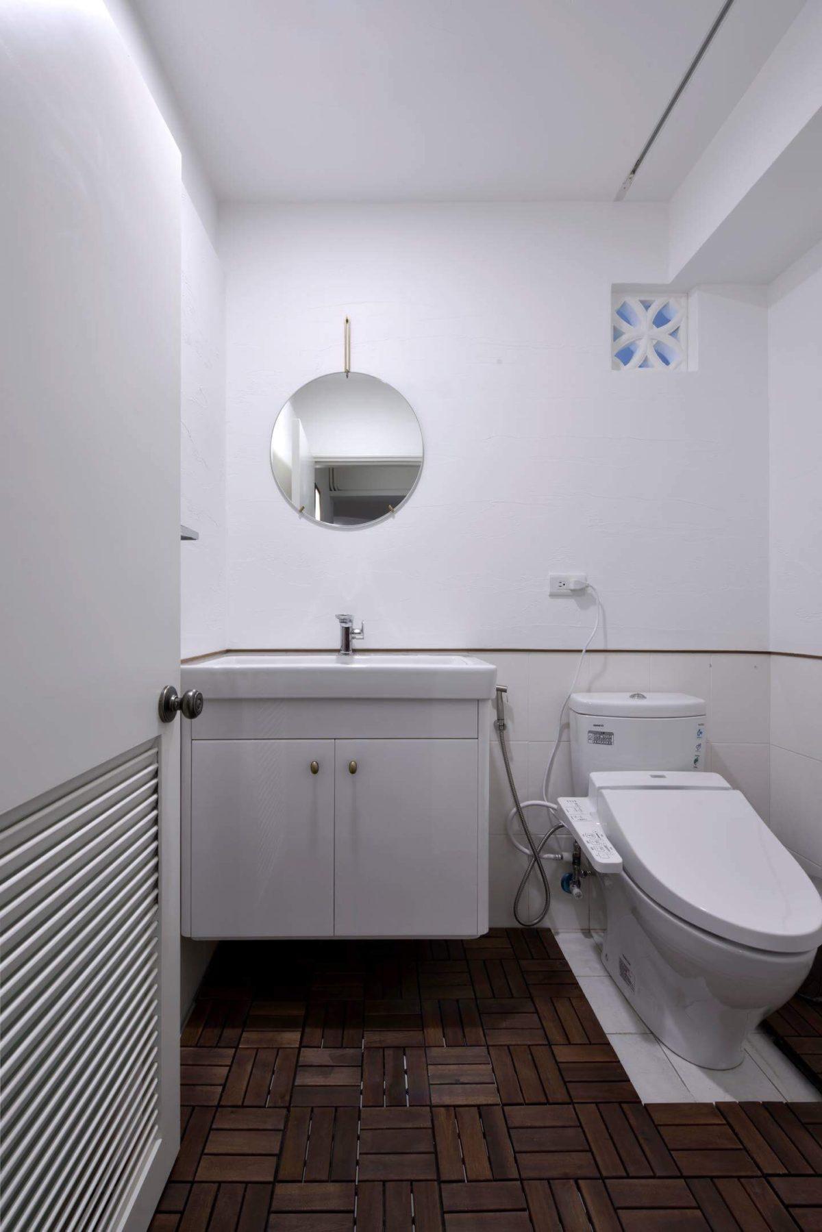 客廁 牆面原本瓷磚保留,在88公分以上做了珪藻土,吸濕除臭又好看