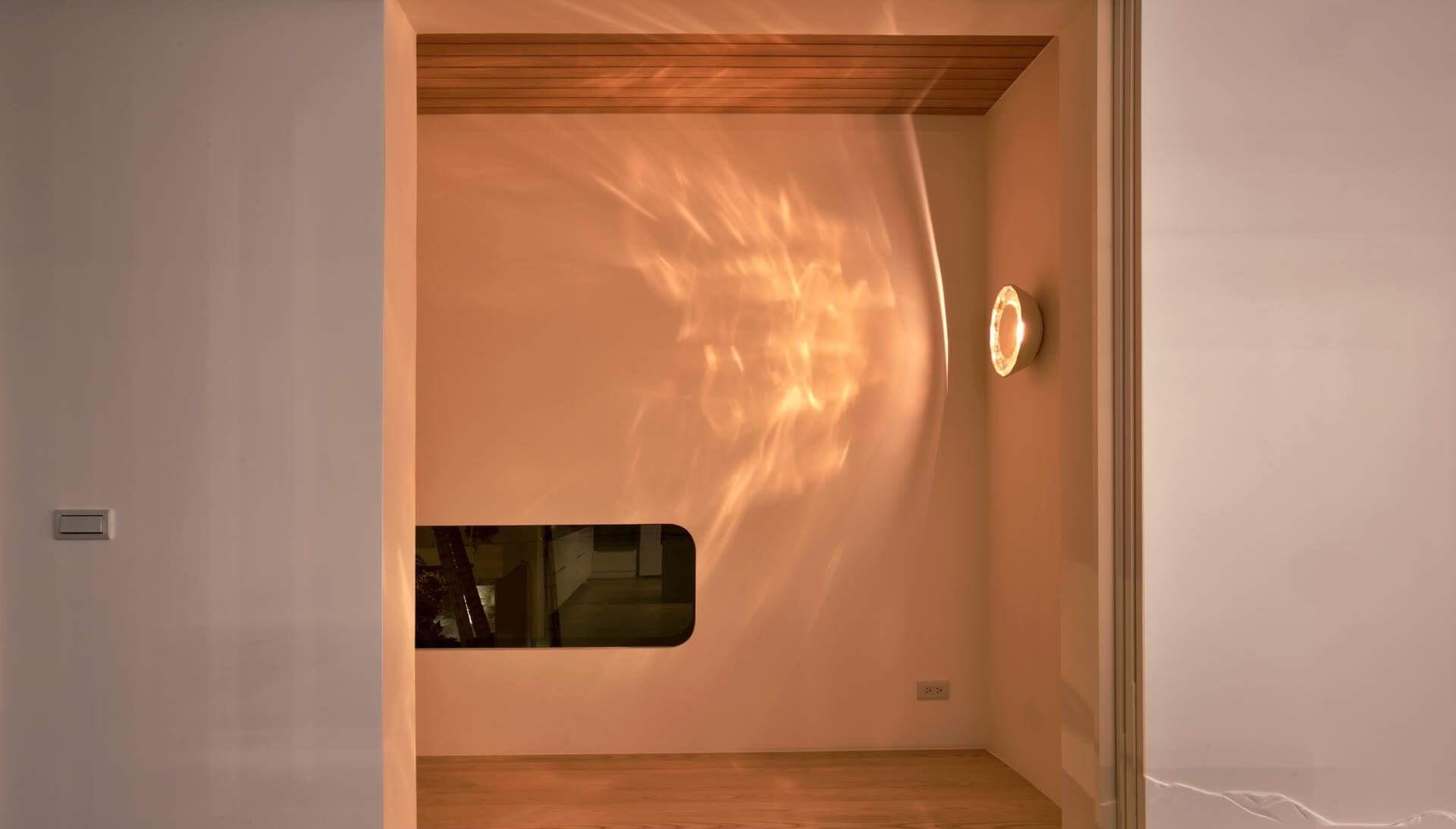 休憩平台天花採用無上漆香杉實木,關上門便會聞到淡淡雅香,壁燈溫暖像個小太陽,為這個小天地增加了剛好的溫度