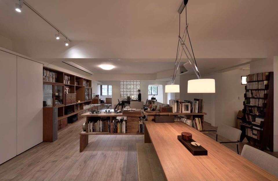 老家具1:大餐桌後方的緬柚組合隔間書架