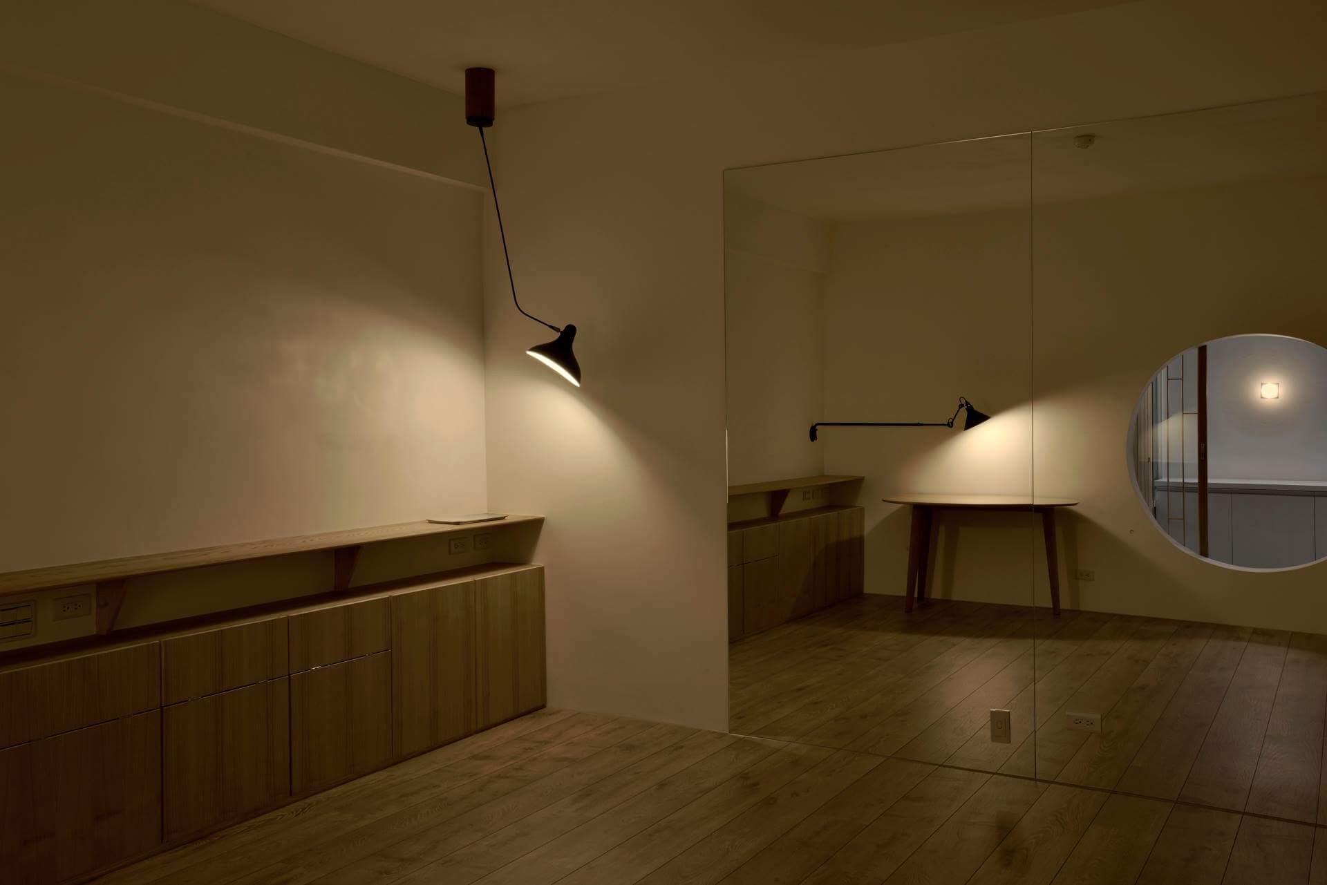 微暗的天色正好突顯客房燈具的優雅 平常是業主夫妻練瑜伽的好空間,客人來時作客房