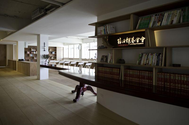 入口書牆與改造後老長桌(李健源攝)