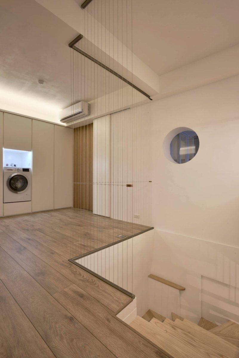 運動區前方是往樓下的室內梯,後方是洗衣工作區與主臥入口