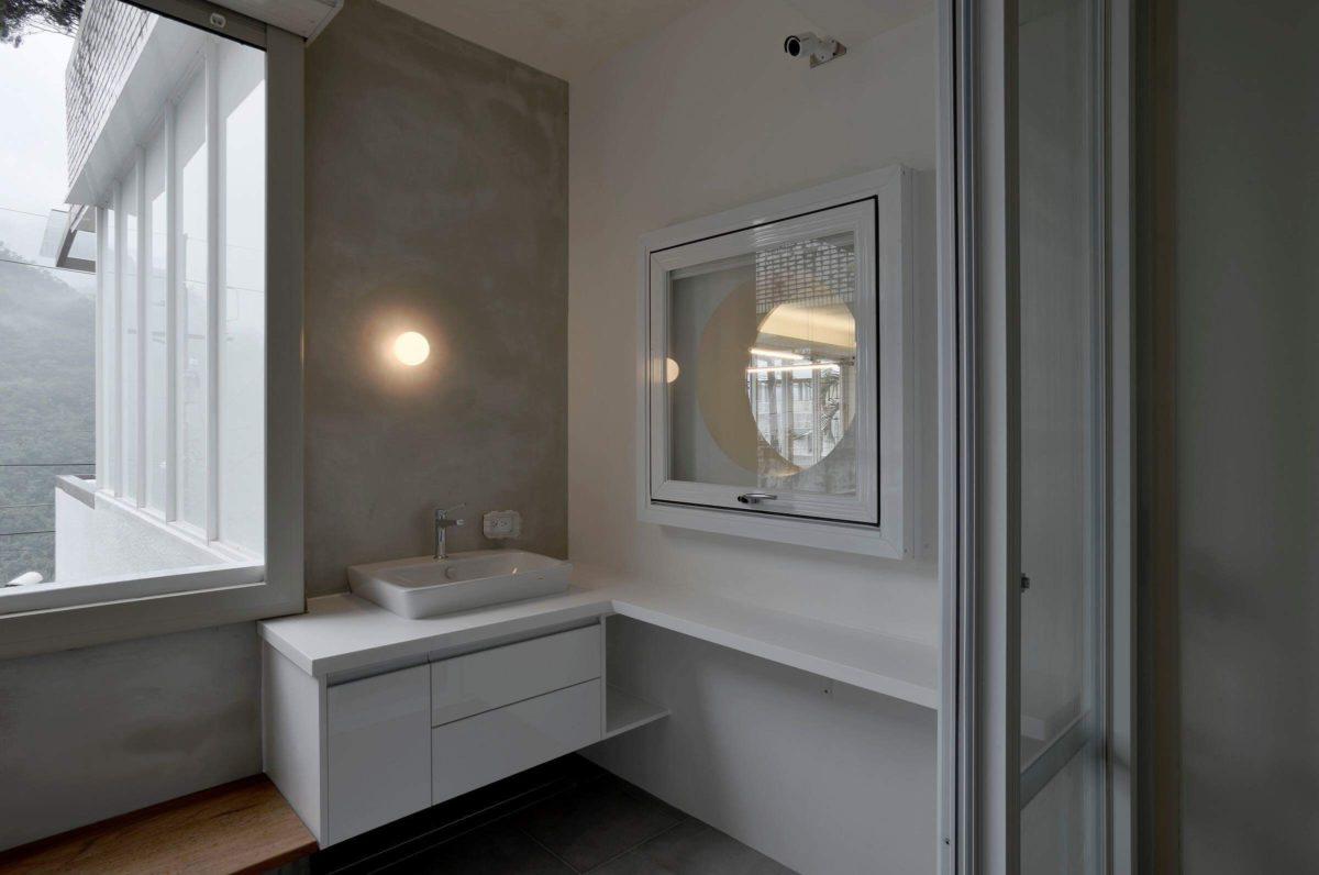 主臥陽台 一樣有工作水槽方便整理,牆上的壁燈像個小月亮,柔和了整個空間