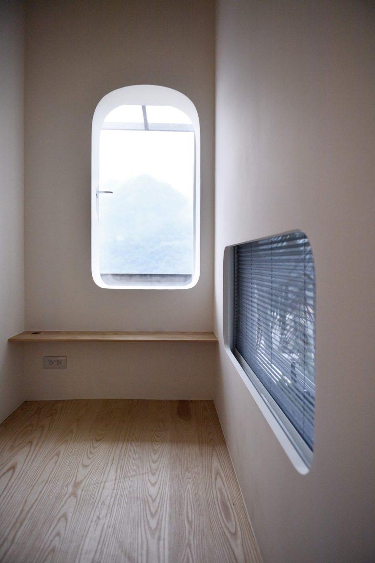 休憩空間內部空間雖小卻更講究,兩扇可開的造型洞窗讓小空間沒有封閉感,視野極佳之外微風不斷也十分舒適