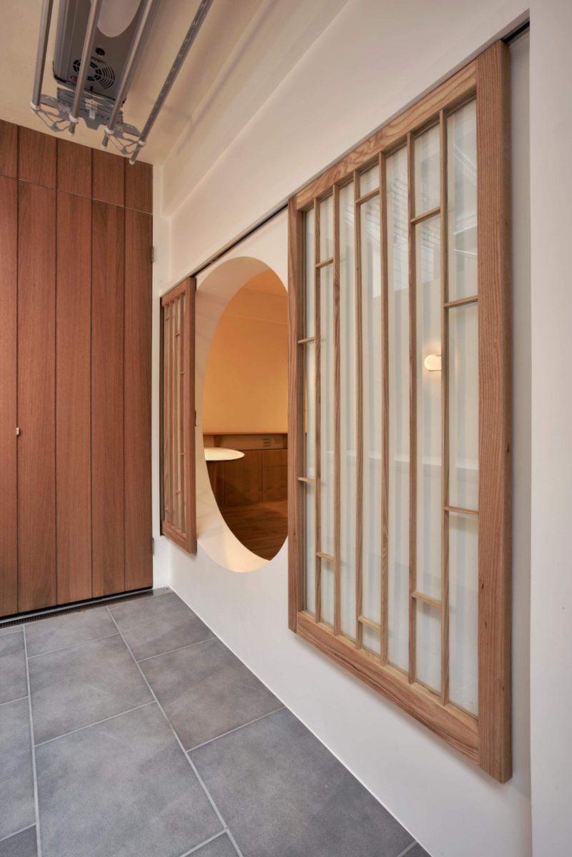 面對入口前院是兩扇往兩側橫拉的實木窗