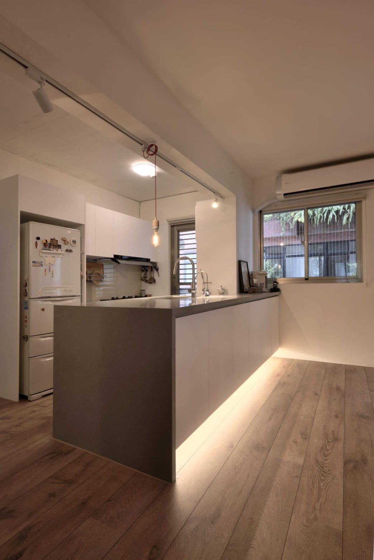 廚房中島是雙面櫃設計,靠工作室這面是淺收納櫃,主要放置材料、樣品與工具雜物;靠廚房則是正常廚具下櫃