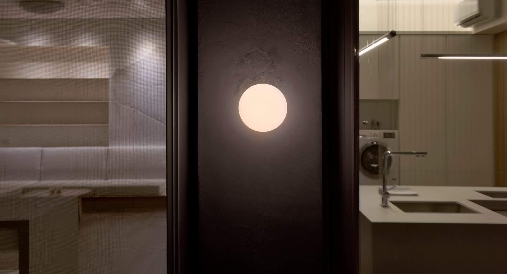 大陽台的小圓燈像天台上的月亮,陪伴我們渡過寒夜,卡希納, Flos